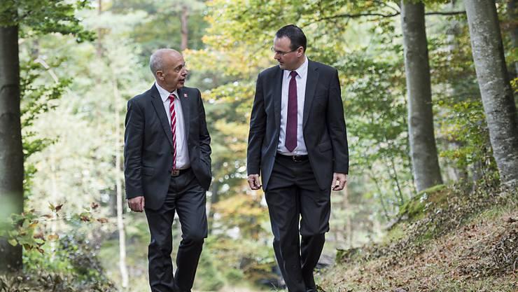 Spazierungang im Wald 30 Jahre nach der Feuersbrunst:  Bundesrat Ueli Maurer und der Liechtensteiner stellvertretende Regierungschef Thomas Zwiefelhofer.