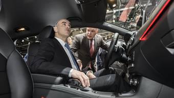 Würde dem Steckbrief des typischen Autokäufers entsprechen: Bundesrat Alain Berset (hier beim Probesitzen in einem Mercedes unter Anleitung von Mercedes Schweiz CEO Marcel Guerry)
