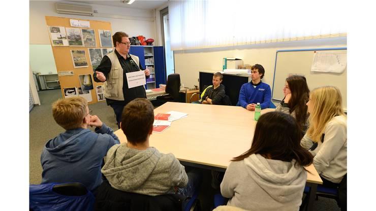 Jugendpolizist Peter Schelker wird mit Fragen der Schüler bombardiert.