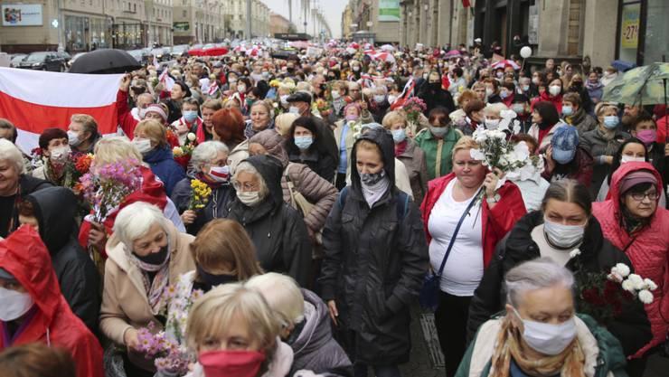 Die Proteste gegen die offiziellen Ergebnisse der Präsidentschaftswahlen in Belarus halten seit Wochen an. Foto: AP/dpa