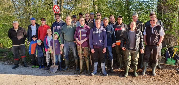 Militärschützen und Fischer fanden nach der Reinigung des Boningerbachs Zeit für ein Erinnerungsfoto.