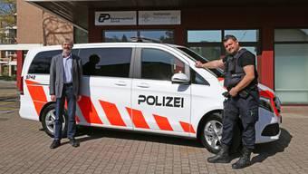 Stadtrat Pascal Leuchtmann und Stadtpolizist Christian Heinzer nahmen das neue Fahrzeug in Empfang.