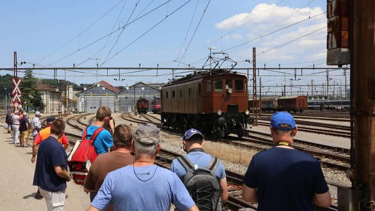 Die historische Lokomotive Be 47 aus den 1920er Jahren fährt an den jungen und alten Bahn- Enthusiasten vorbei