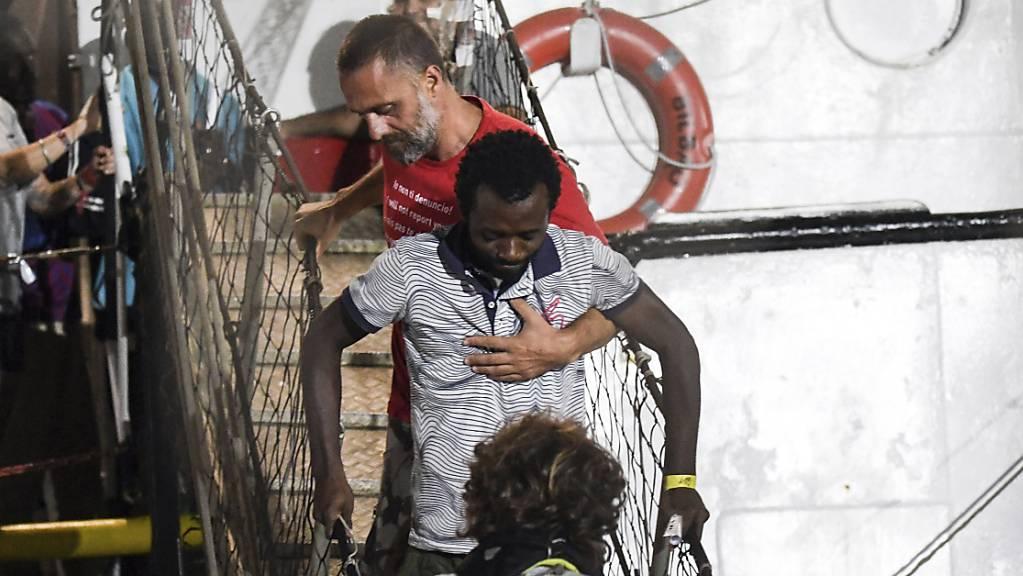 Nach knapp dreiwöchiger Blockade auf dem Mittelmeer hat das Rettungsschiff «Open Arms» mit mehr als 80 Migranten an Bord am 21. August im Hafen der italienischen Insel Lampedusa anlegen dürfen. (Archiv)