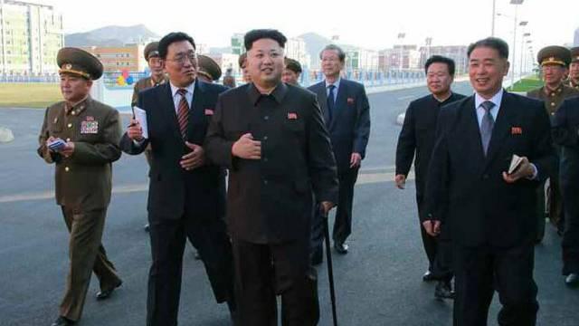Mann mit Stock: Nordkoreas Machthaber Kim Jong Un aufgetaucht