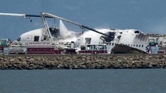 Feuerwehrleute löschen den Brand der Boeing 777