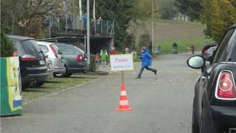 Die Kirchstrasse führt mitten durch die geplante Herznacher Begegnungszone und ist jeweils in der Schulpause für den Fahrzeugverkehr gesperrt. – Foto: chr