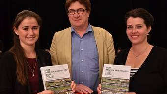 Die Autorinnen Beatrice Hofmann-Wiggenhauser (links) und JacquelineReber zusammen mit dem Verleger Thomas Knapp.