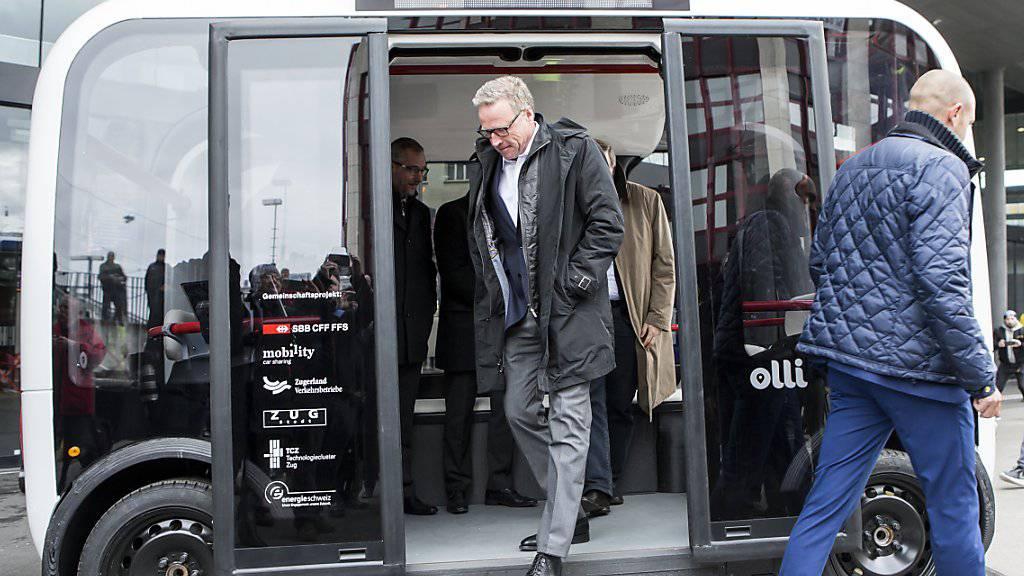 Andreas Meyer, CEO der SBB, bei der Präsentation des selbstfahrenden Busses, der ab Sommer in Zug unterwegs sein wird.