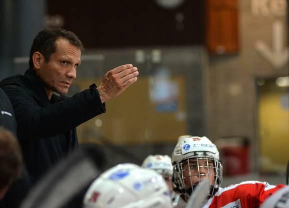 U18-Trainer Marcel Jenni gibt Instruktionen.