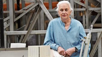 Bettina Eichin im Walzwerk vor dem Modell ihres «Menschenrechte»-Denkmals.