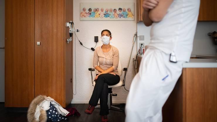 Viele Versicherte haben sich bereits heute für das Hausarztmodell entschieden - auch aus Kostengründen. Im Bild eine Patientin bei ihrem Hausarzt.