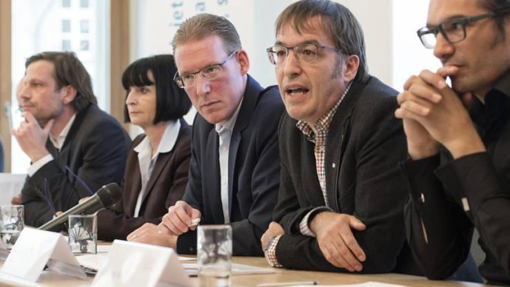 Der Vaterschaftsurlaub soll vors Volk: Die Initianten präsentieren an einer Medienkonferenz in Bern ihre Initiative für einen vierwöchigen bezahlten Vaterschaftsurlaub.