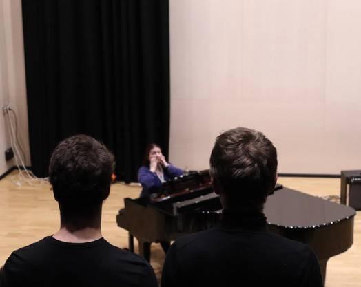 Jelena, die norwegische Chorleiterin, erklärt den Sängerinnen und Sänger, wie man wie Wikinger oder wie Gollum singt.