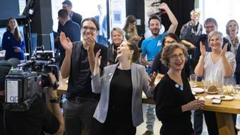 Freude bei den Befürwortern des Vaterschaftsurlaubs am Abstimmungssonntag in Bern.