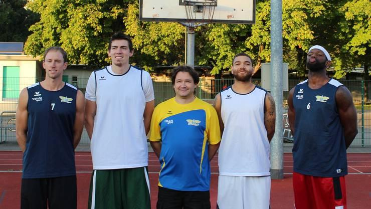 Die neuen Starwings-Söldner (v.l.): Riley Luettgerodt, A.J. Pacher, Kaylon Williams, Durell Vinson. In der Mitte Trainer Roland Pavloski.