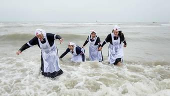 Schnell wieder raus! Verkleidete Niederländerinnen baden zu Neujahr in Scheveningen bei Den Haag.