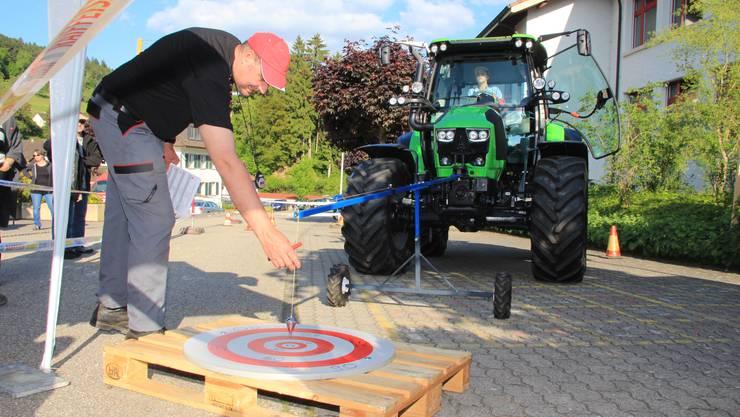 Der Männerchor Schmiedrued-Walde rief zum Traktoren-Geschicklichkeitsfahren auf das Schulhausareal Walde.