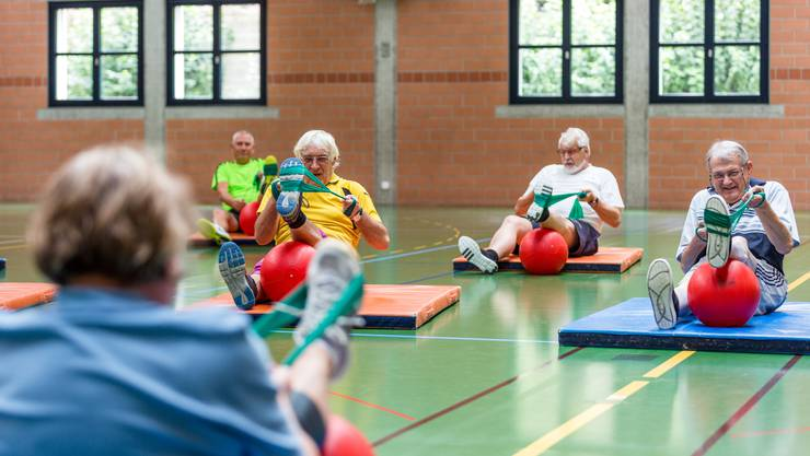 Mitglieder der Koronargruppe Baden (Menschen, die an Herzkrankheiten leiden oder sich einer Herzoperation unterziehen mussten) treffen sich ein Mal wöchentlich am Donnerstag Mittag in der Mehrzweckhalle in Birmenstorf zum gemeinsamen Turnen.
