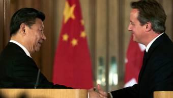 Chinas Präsident Xi Jinping (l) und sein britischer Gastgeber, Premier David Cameron, vor den Medien in London.
