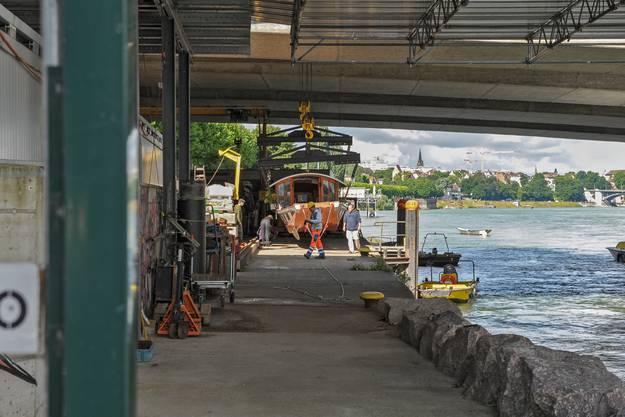 Bereits am Abend sollen die Arbeiten fertiggestellt und die Ueli-Fähre wieder im Wasser sein.