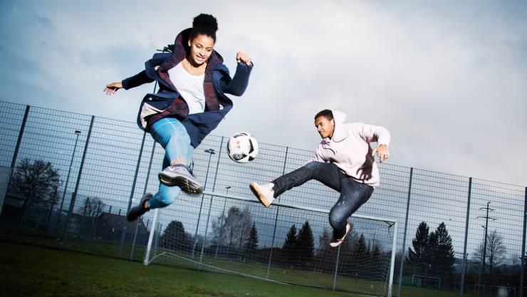 Sarah und Manuel Akanji beim gemeinsamen Fussballspiel.