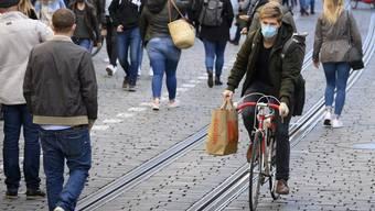 Dieser Velofahrer in der Berner Altstadt geht auf Nummer sicher. Tatsächlich fällt es auf belebten Strassen schwer, immer Abstand zu halten, doch es kommt auch auf die Dauer an, während der man jemandem nahe kommt.