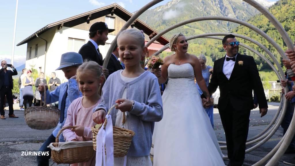 Vom Regen in die Trauung: Glarner Hochzeitspaar trotzt dem Hochwasser
