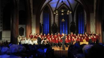 Die rund 100 Chor- und Grundkurs-Sänger (links in weiss) treten im In- und Ausland, aber auch bei Opernproduktionen im Theater Basel auf. Martin Töngi/Archiv