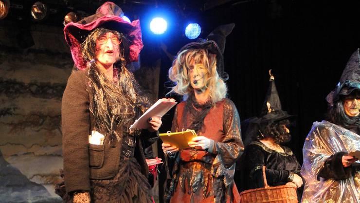Die Hexen lesen den Bruggern zur Fasnachtseröffnung im Salzhaus die Leviten.