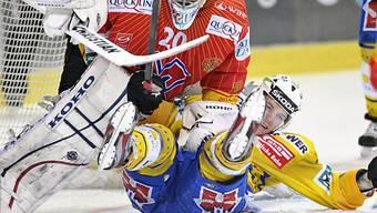 Biel-Goalie Reto Berra stoppt den Davoser Petr Taticek