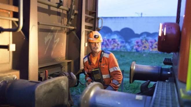 Die Technologie nagt an seinem Job: Rangierarbeiter in Schwerzenbach ZH. Foto: Keystone/Gaetan Bally