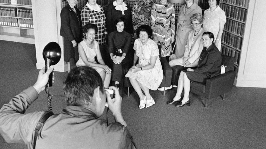 Basel war der erste Deutschschweizer Kanton, der das Frauenstimmrecht 1966 auf kantonaler Ebene einführte. Es dauerte weitere fünf Jahre, bis die Frauen das Recht endlich auch auf nationaler Ebene erhielten. Im Bild die ersten 12 Nationalrätinnen der Schweiz.
