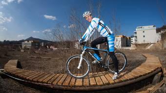 Patrick Schärer testet seinen Mountainbike-Park in Holderbank