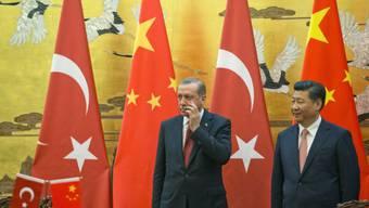Chinas Präsident Xi Jinping (rechts) verteidigte beim Treffen mit seinem türkischen Amtskollegen Recep Tayyip Erdogan (links) den Umgang Chinas mit den Uiguren.