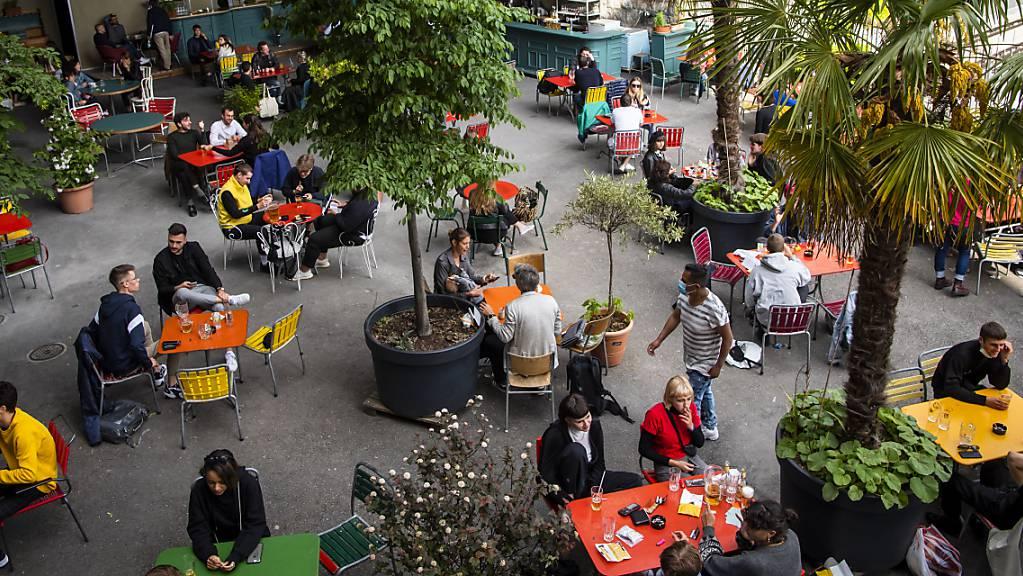 Der Bundesrat hat entschieden, die Restaurantterrassen trotz fragiler Corona-Lage wieder zu öffnen. (Archivbild von vergangenem Sommer)