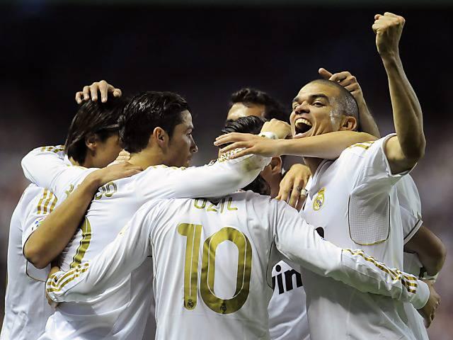 Hier feiern die Real-Stars in der Kabine - Sehen sie Marcelo und Pepe tanzen.