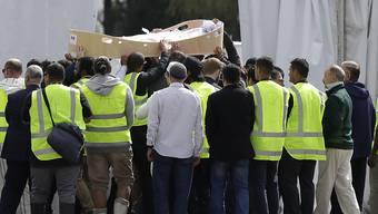 Trauernde in Christchurch tragen eines der bei der Moschee-Attacke am Freitag getöteten Opfer zum Friedhof.
