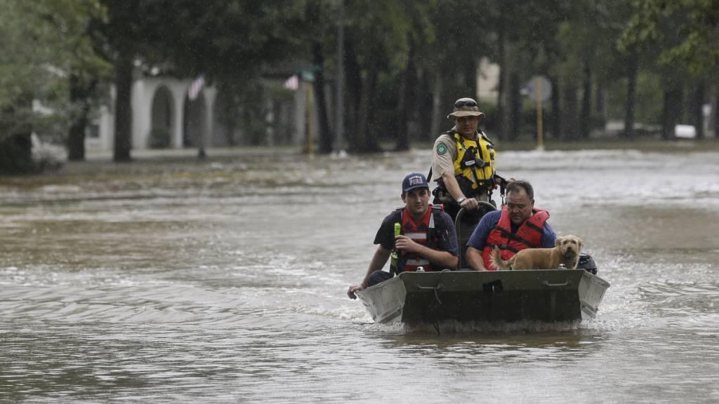 Der Tropensturm «Imelda» hat in Texas zu schweren Überschwemmungen geführt - wie hier in Huffman mussten viele Menschen mit Booten in Sicherheit gebracht werden.