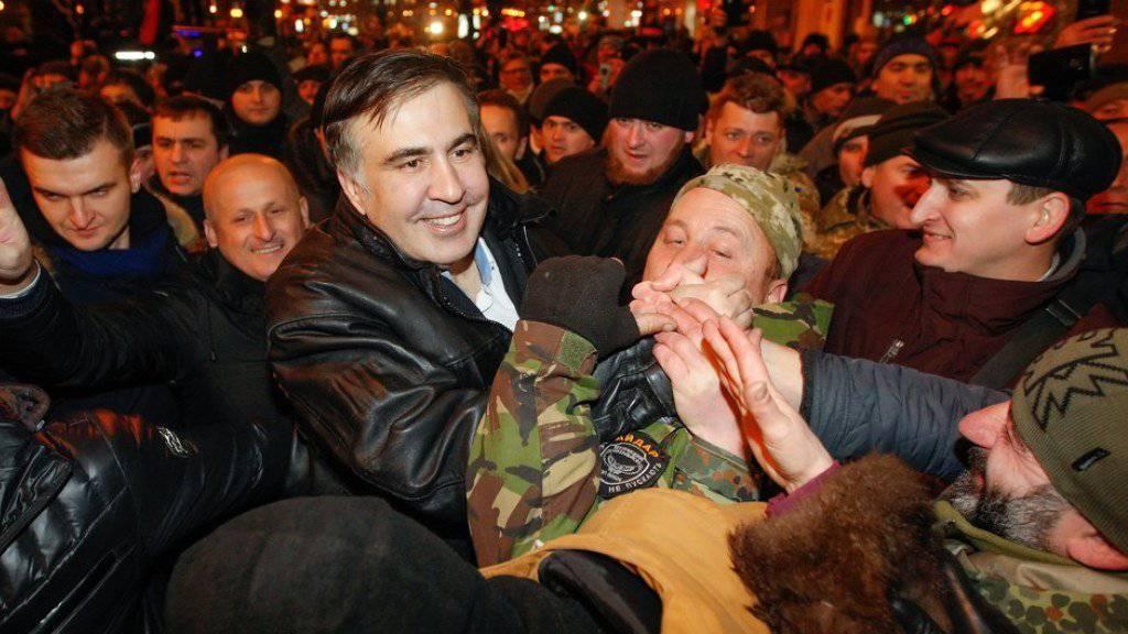 Der freigelassene frühere georgische Präsident Michail Saakaschwili (m.) begrüsst in Kiew seine Anhänger.