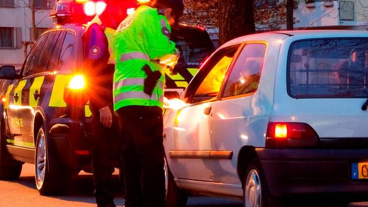 Deutsche Zoll- und Polizeibeamte haben am Freitag in Weil am Rhein im Auto eines 33-jährigen Deutschen, der aus der Schweiz einreiste, künstlichen Urin gefunden. (Symbolbild)