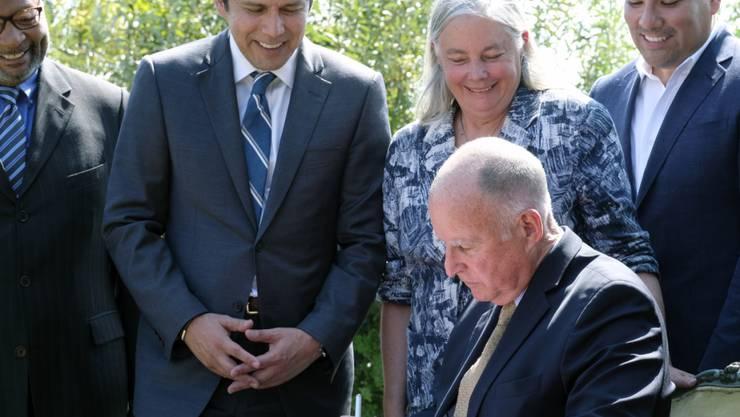 Kaliforniens Gouverneur Jerry Brown unterschreibt das Gesetz zur Reduktion der Treibhausgasemissionen.