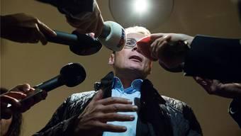 Roger Köppel beantwortet Fragen der Journalisten bei der Ankunft zur Wahlfeier im Restaurant Rössli in Ilnau-Effretikon. KEYSTONE