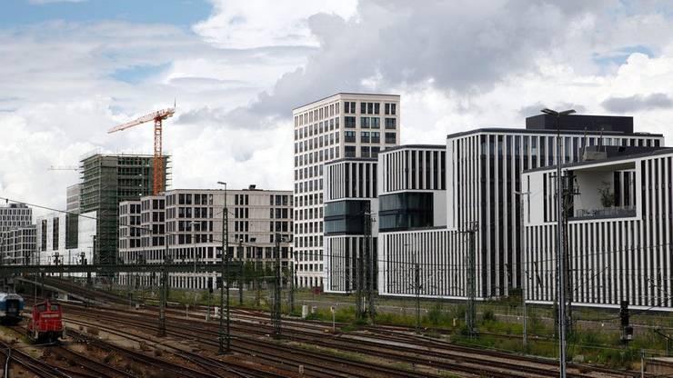 Hier an den Münchner Gleisen hätten Hochhäuser gebaut werden müssen, kritisiert Lüscher, damit Wohnraum in der Stadt frei würde und die akute Wohnungsnot gelindert werden könnte.