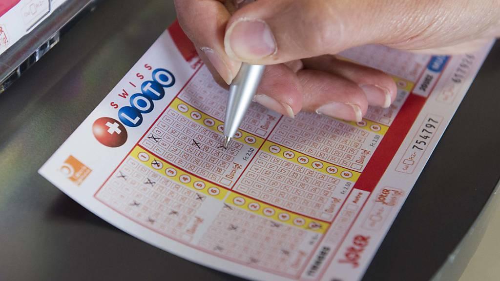 Ein Glückspilz hat am Samstag im Schweizer Zahlenlotto alle 7 nötigen Zahlen richtig getippt und kassiert dafür 45 Millionen Franken. (Themenbild)