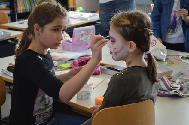 Übung macht die Meisterin: Diese Mädchen schminken sich während der Projektwoche in der Schule Bodenacker gegenseitig.