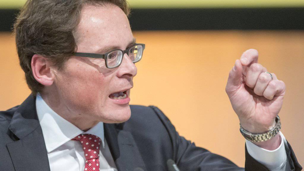 Der mit «staatlichen Zwangsgebühren» finanzierten SRG müssen Schranken auferlegt werden, fordert der Zürcher SVP-Nationalrat und «Weltwoche»-Verleger Roger Köppel bei der Präsentation eines Positionspapiers seiner Partei zur Medienlandschaft Schweiz. (Archivbild)