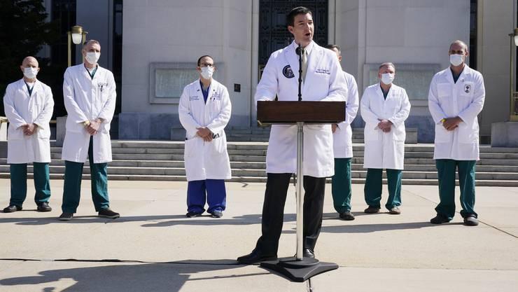 Dr. Sean Conley spricht vor dem Walter Reed-Spital über den Gesundheitszustand von Patient Donald Trump.