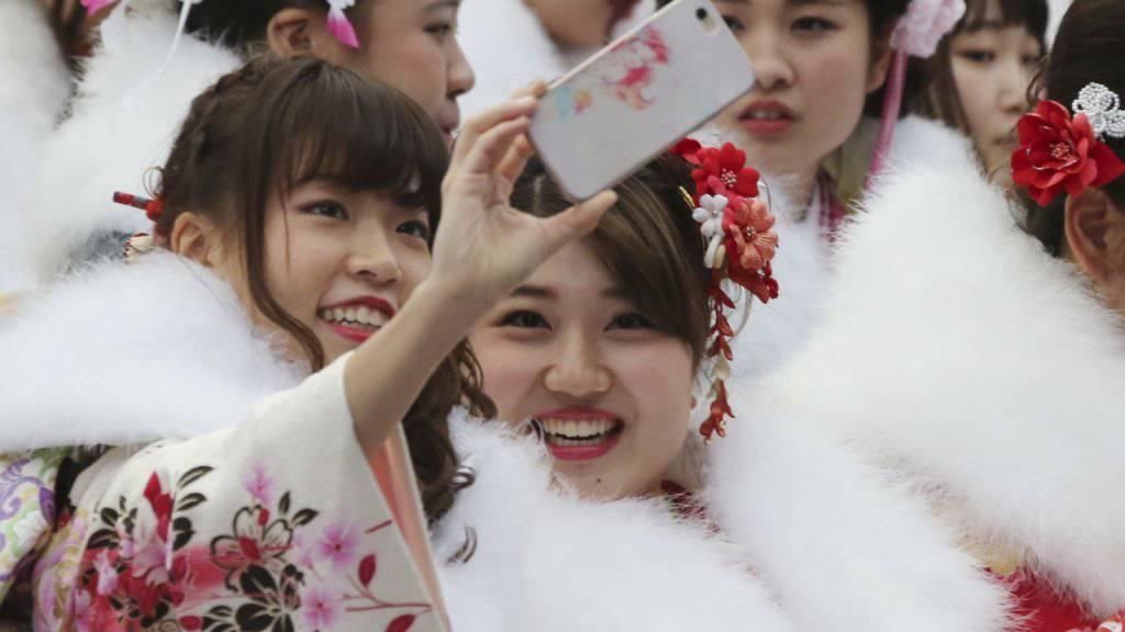 In prachtvollem Kimono und üppig geschminkt präsentieren sich die Japanerinnen als Erwachsene.