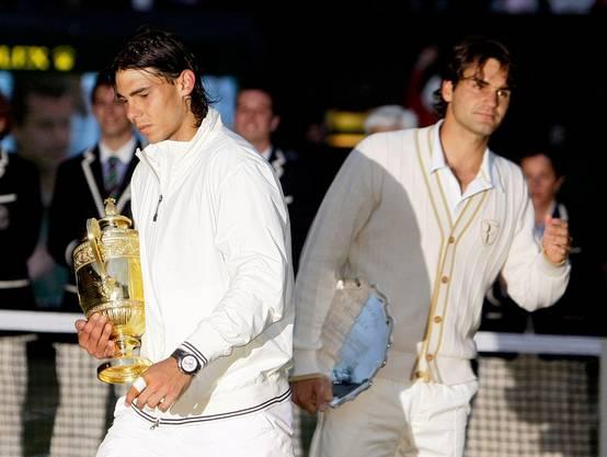 2008: Nadal vs. Federer 6:4, 6:4, 6:7 (5:7), 6:7 (8:10), 9:7 Der dritte Wimbledon-Final zwischen Federer und Nadal gilt als bestes Tennis-Spiel der Geschichte. Als Nadal um 21.15 Uhr den Matchball verwertet, bricht die Dunkelheit über London herein. Später wird das 4:48-Stunden-Epos verfilmt. Federer, der im Frühling unter dem Pfeifferschen Drüsenfieber litt, sagt später, die Niederlage sei die Folge des Final-Debakels in Paris im Monat zuvor gewesen, bei dem ihm Nadal nur vier Games überliess. Nach 41 Siegen in Folge verliert Federer erstmals seit 2002 wieder in Wimbledon.